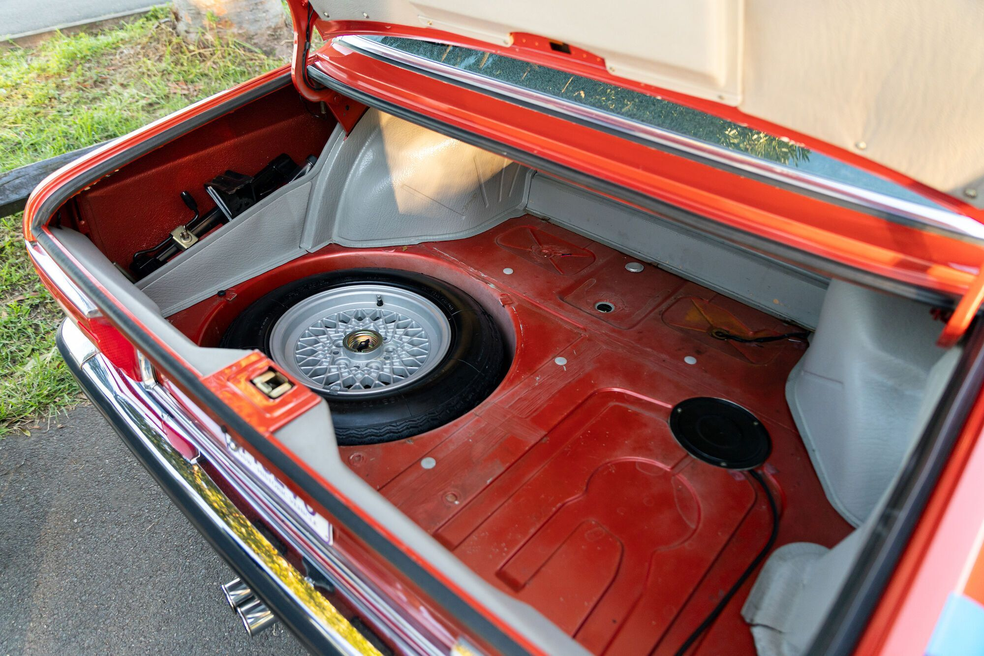 У багажному передбачено відділення для запасного колеса...