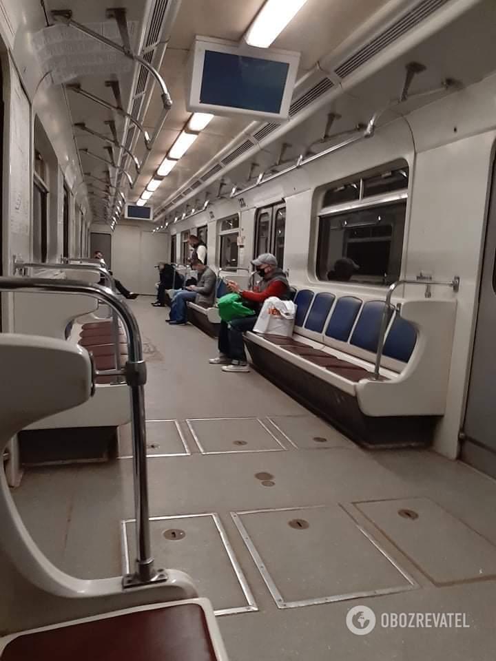 В вагонах метро пусто.