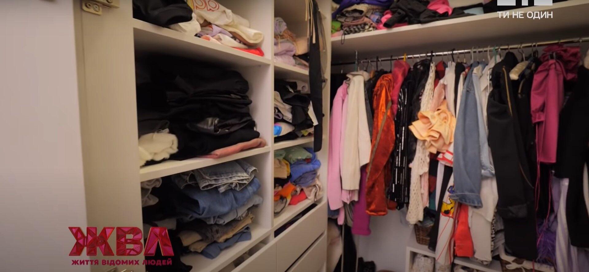 Анна Тринчер показала гардероб.
