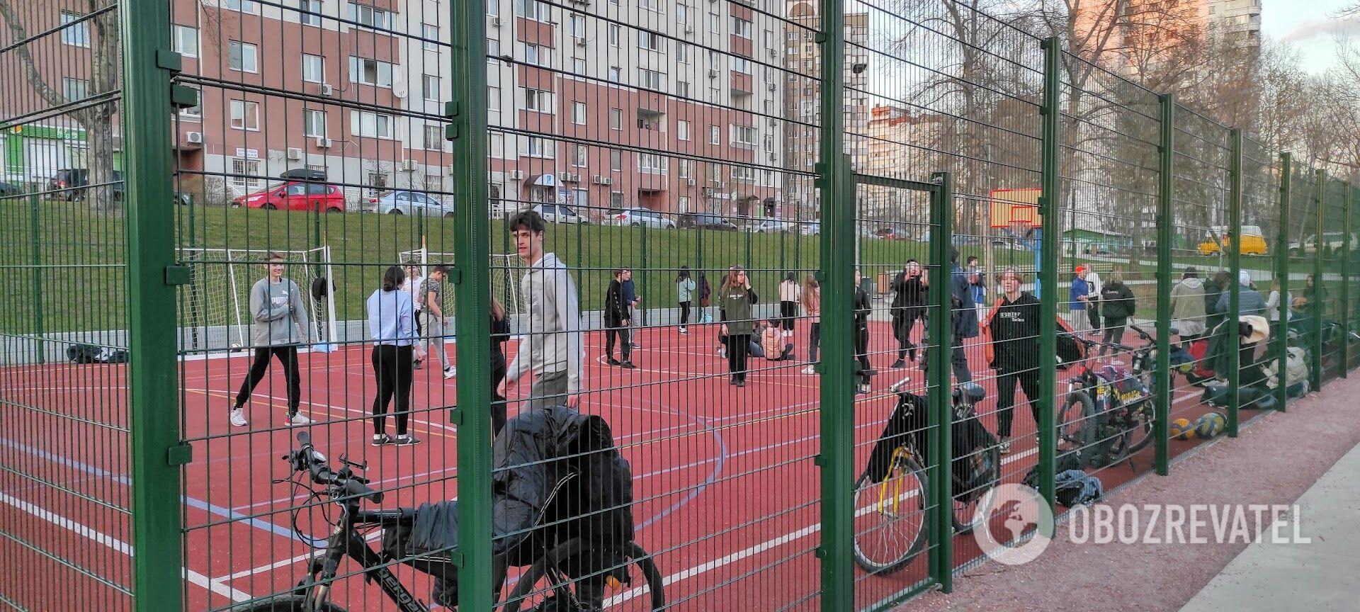 Молодые люди собрались на спортивной площадке.