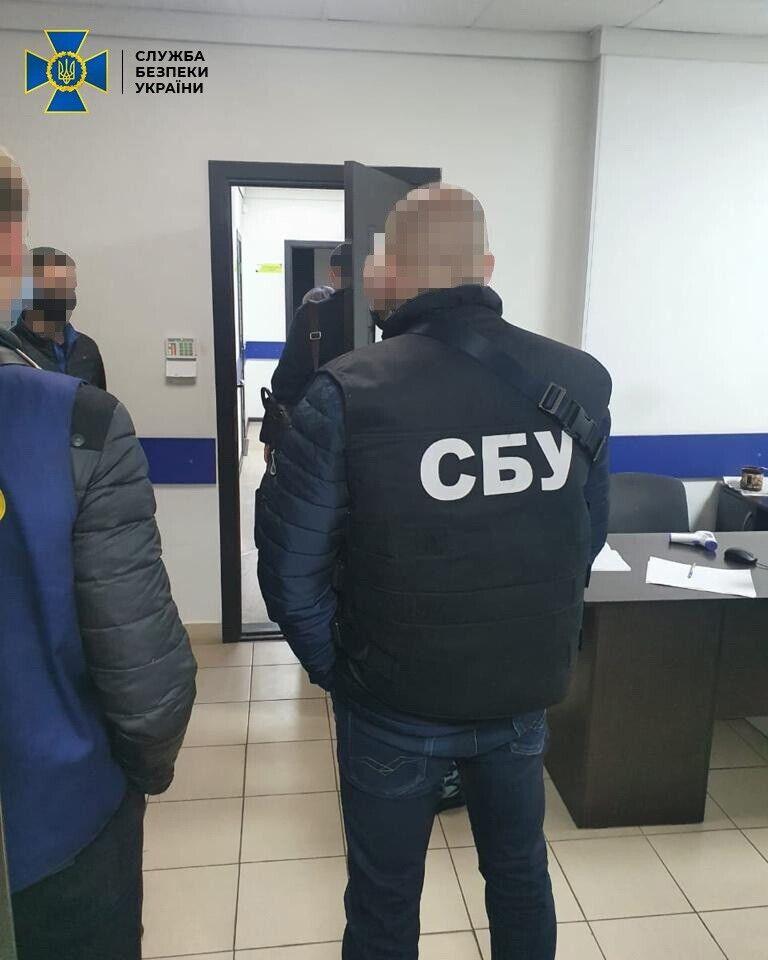Во время обысков были изъяты документы и компьютерная техника.