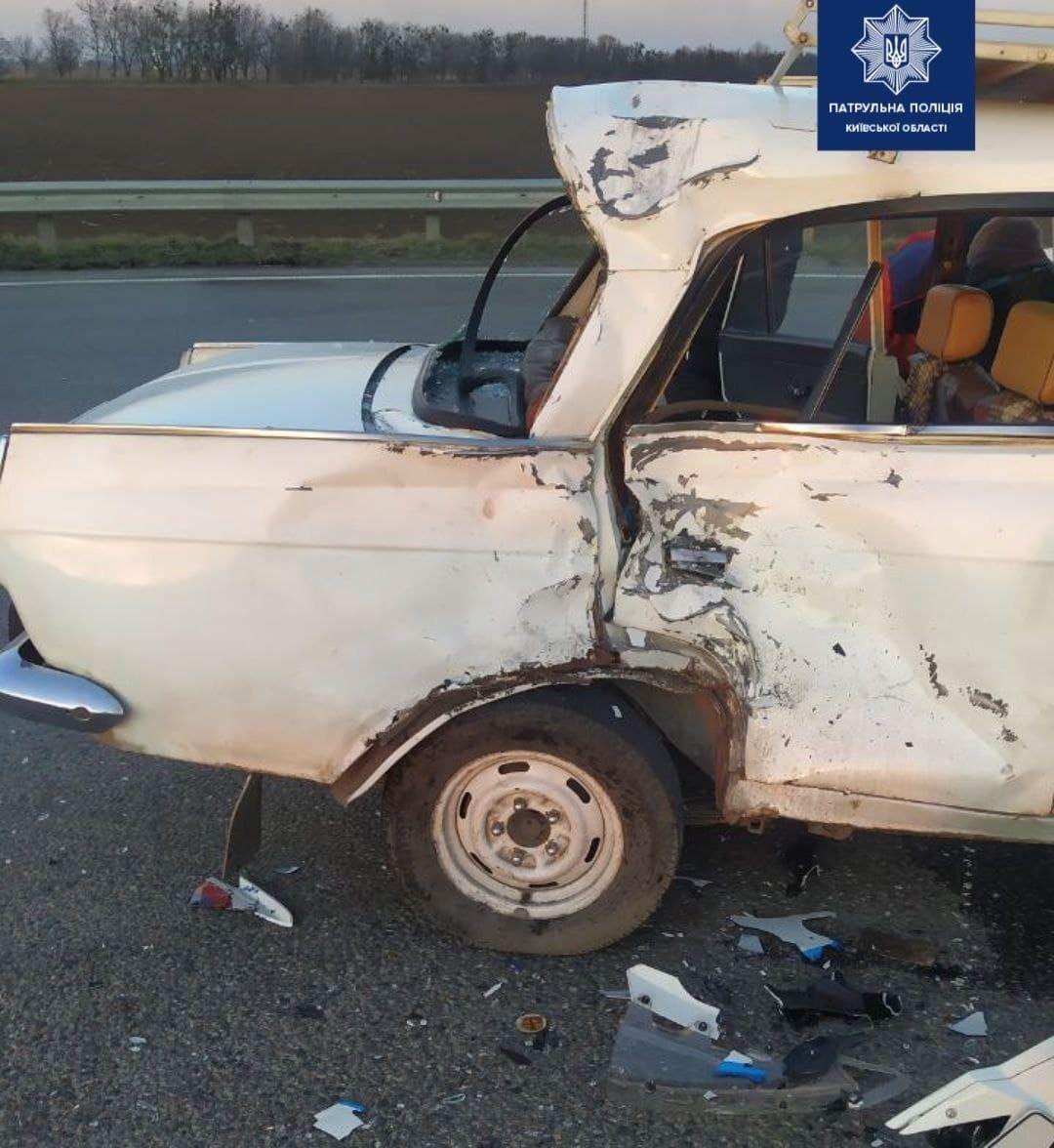 В аварії також постраждали двоє людей.