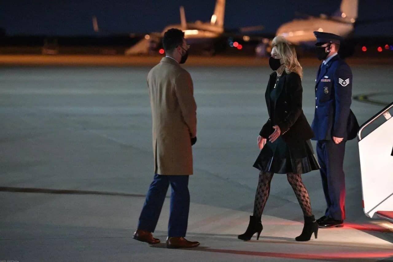 Папарацци запечатлели Байден в образе из черного жакета, платья и колготок