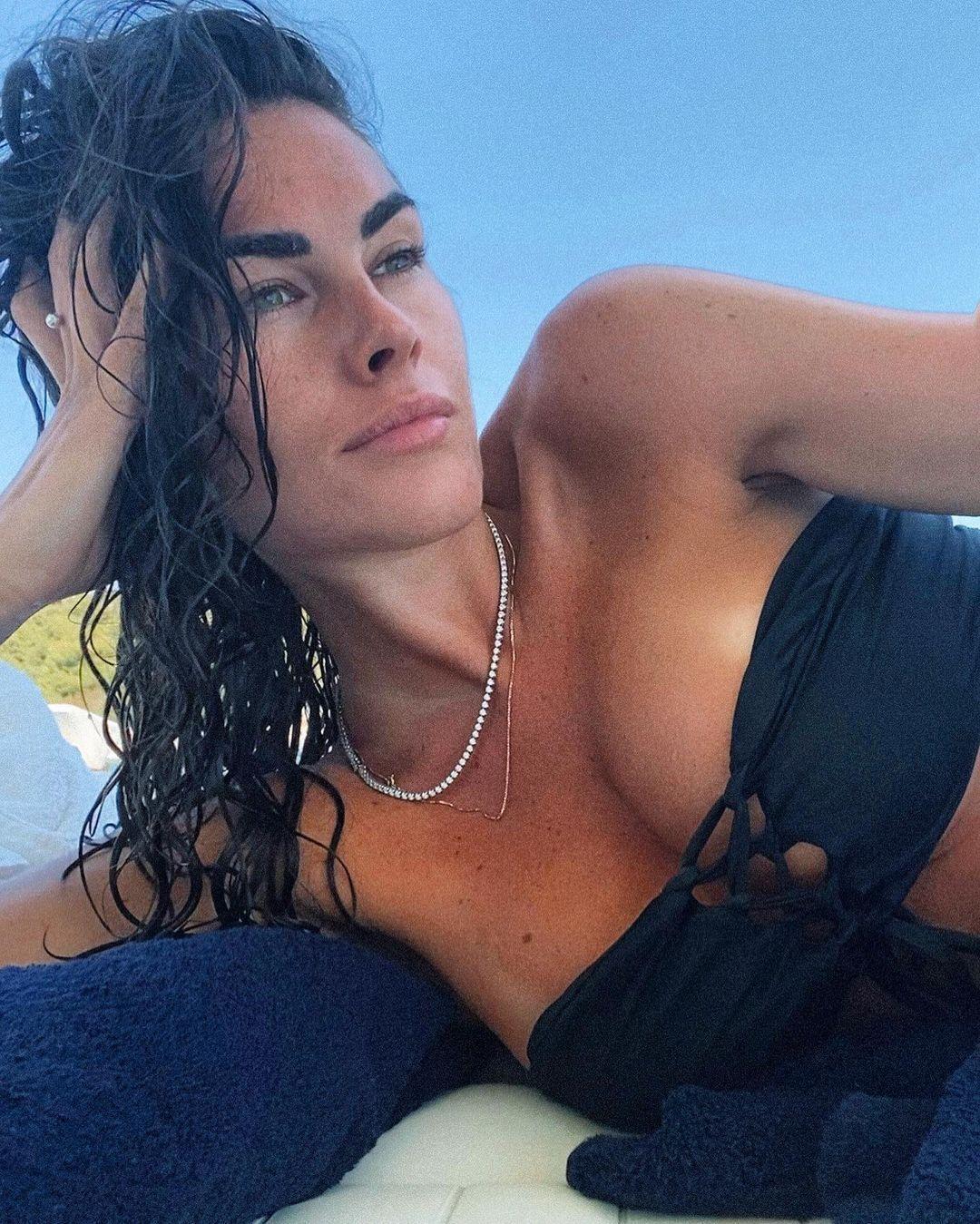 Софія Новелло в чорному бікіні
