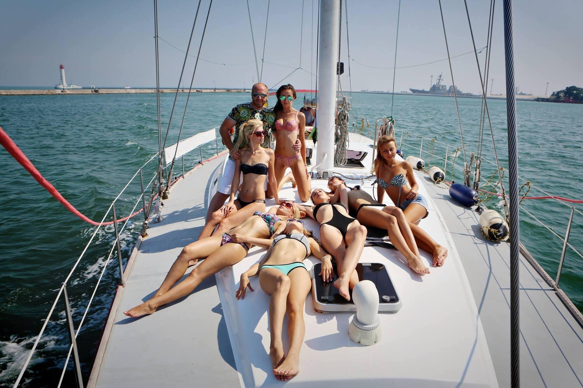 Гречин с девушками на яхте