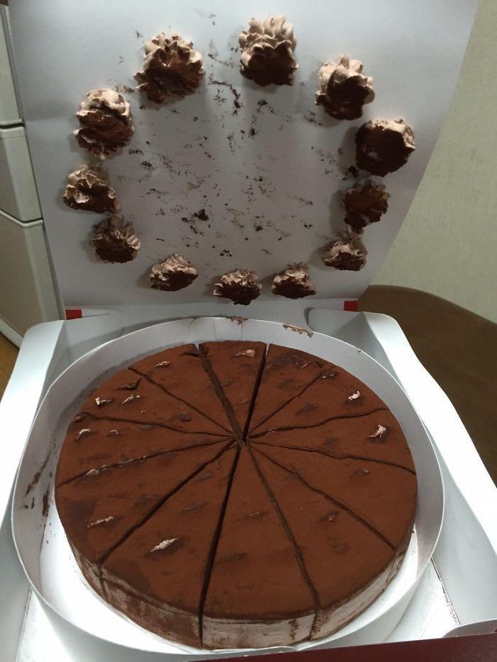 Відкрив торт, а найсмачніше залишилося на упаковці