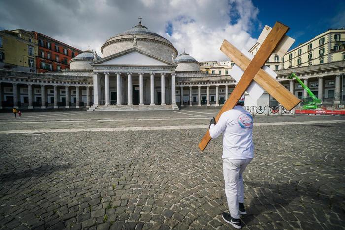 Протестувальник із дерев'яним хрестом у Неаполі