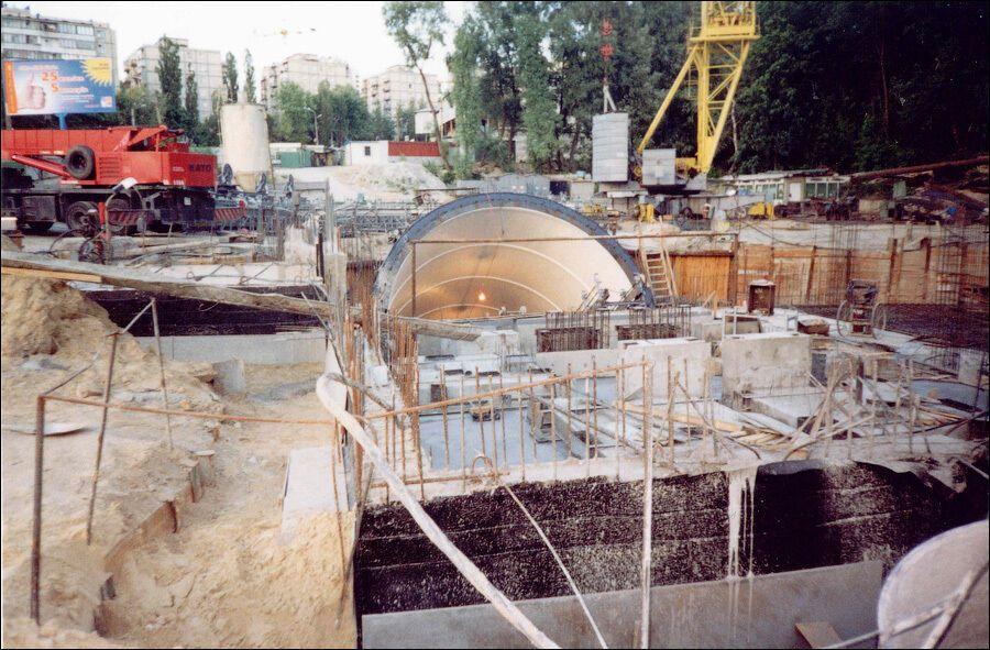 Будівництво вестибюля станції.