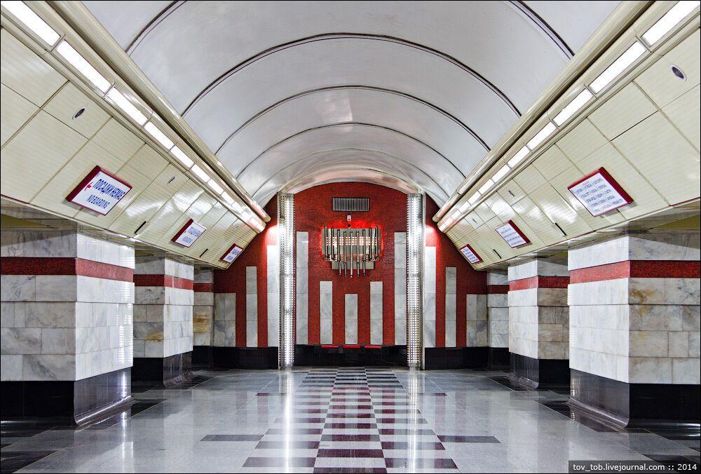 Торець середнього залу оформлено червоною смальтою.