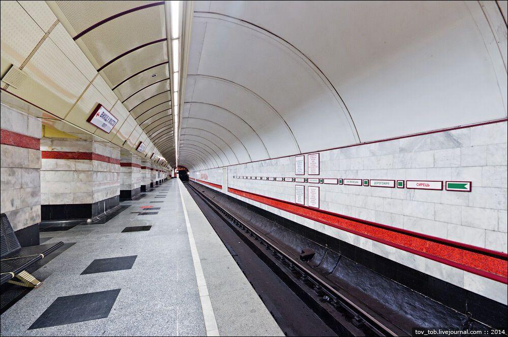 Колійні стіни облицьовано білим мармуром із смугами з червоної смальти.