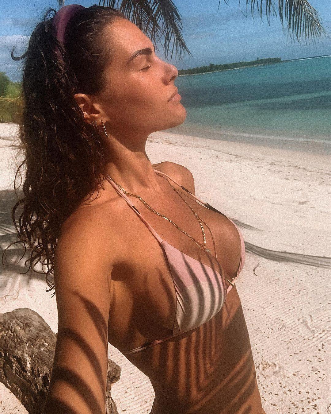 Софія Новелло на пляжі