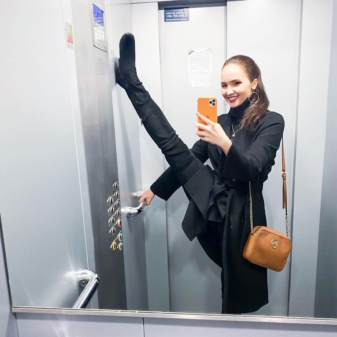 Юлія Палько в ліфті