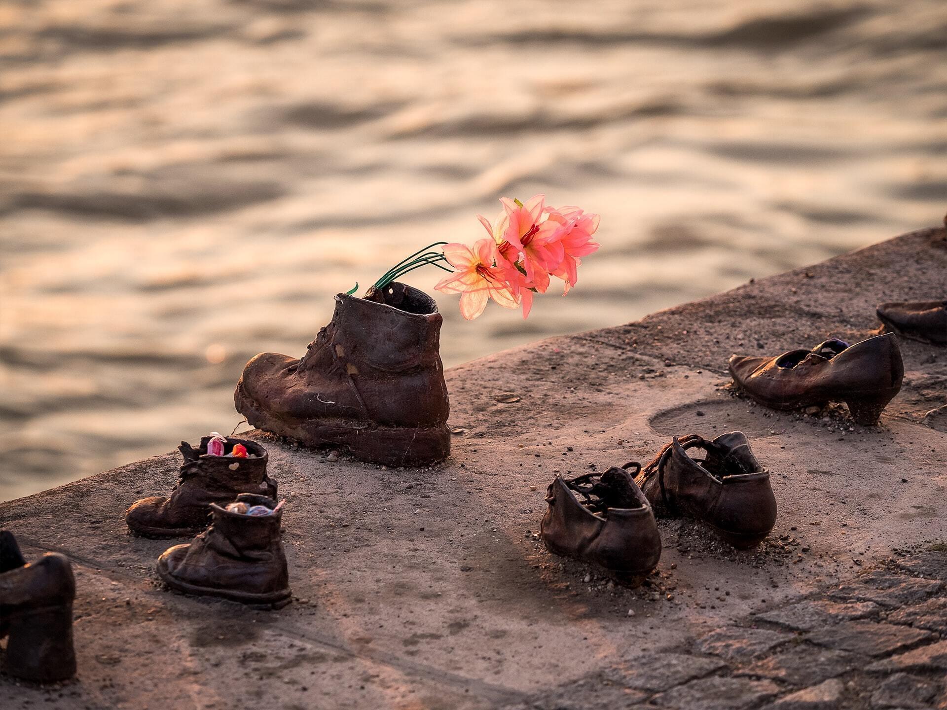 Обувь на берегу Дуная – величайший мемориальный памятник жертвам Холокоста. Будапешт, Венгрия
