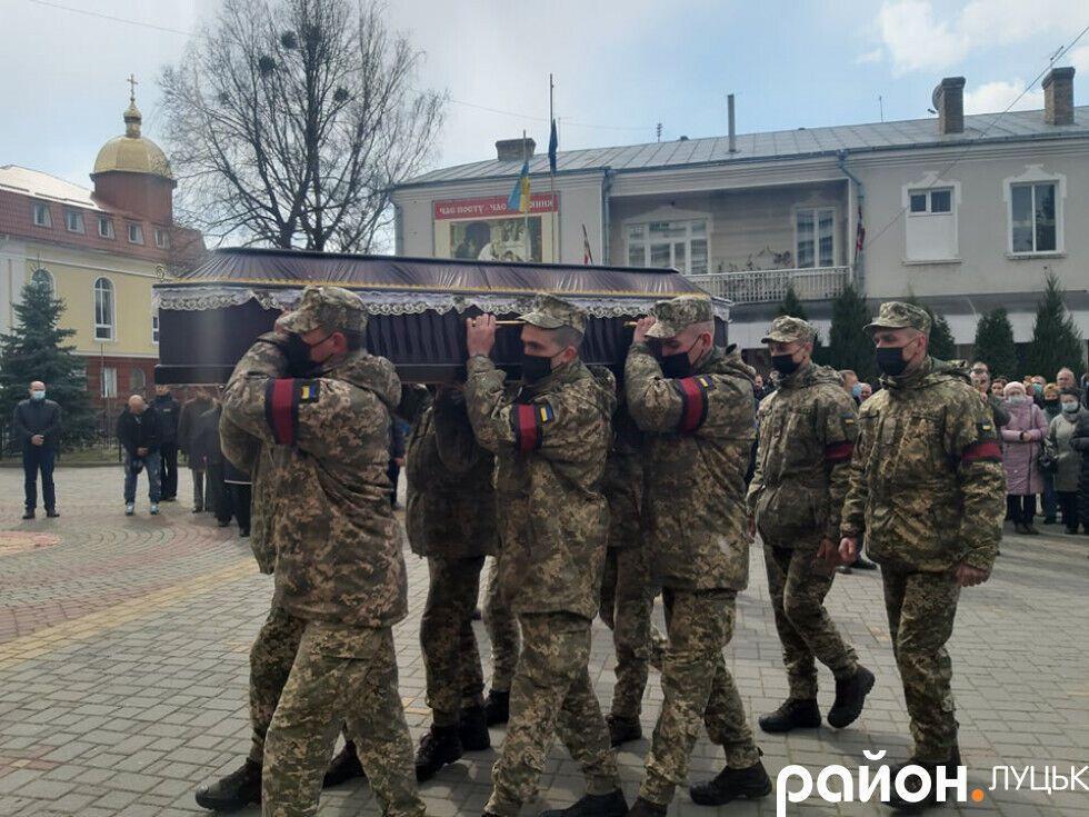 Военные несли гроб с телом Героя на руках по площади Луцка