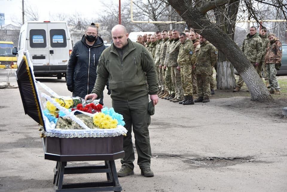 Воины принесли погибшему побратиму живые цветы цвета флага Украины