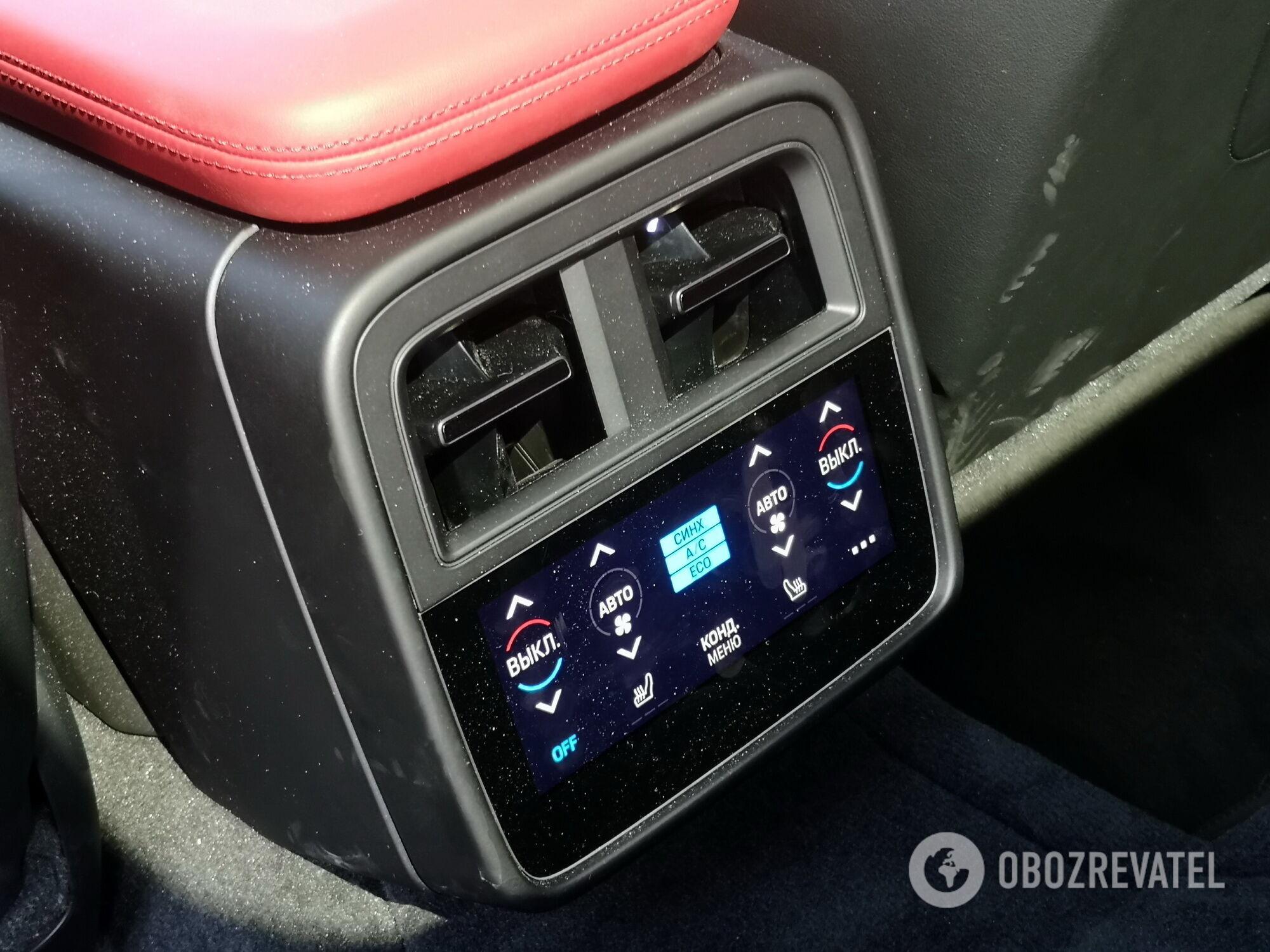 У задних пассажиров есть собственный сенсорный 5,9-дюймовый экран для регулировки климата и включения подогрева сидений