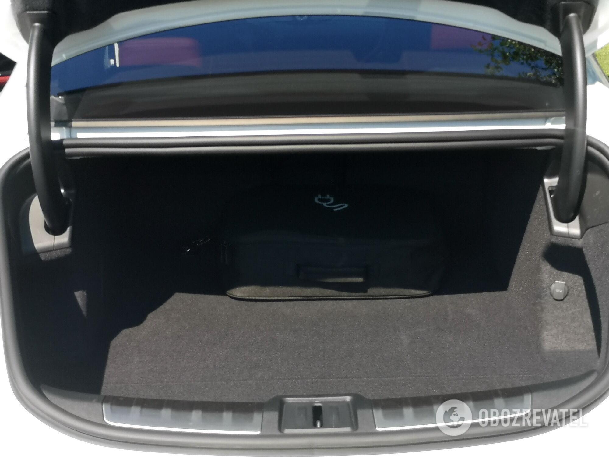 Задний багажник позволяет вместить 366 л