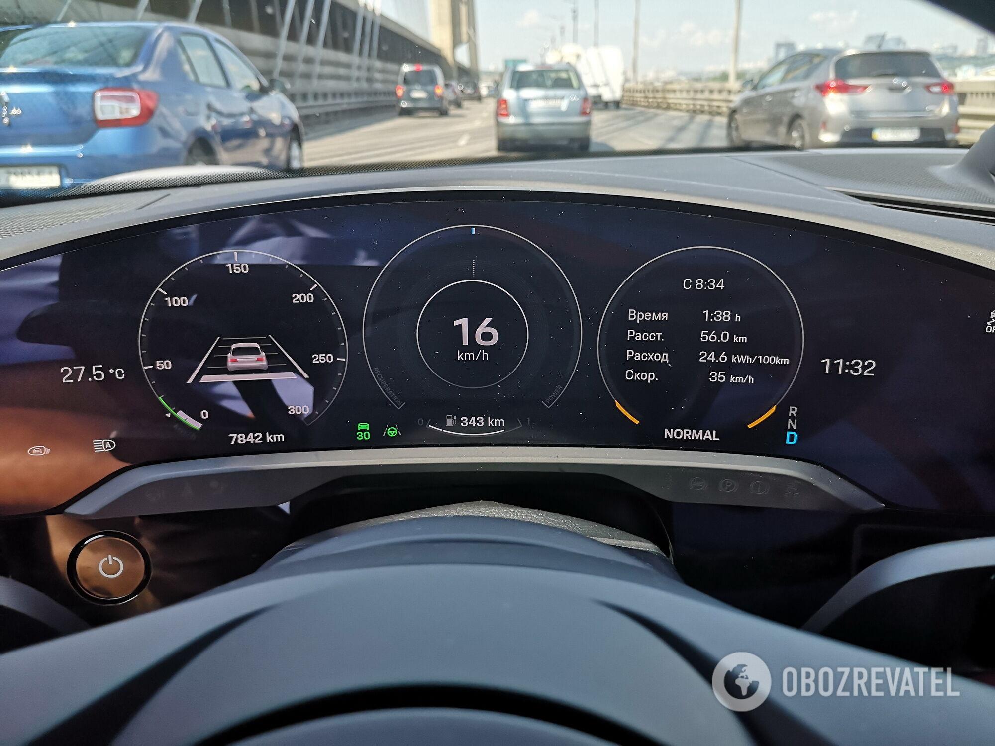 Всю оперативную информацию для водителя предоставляет выгнутый 16,8-дюймовый дисплей