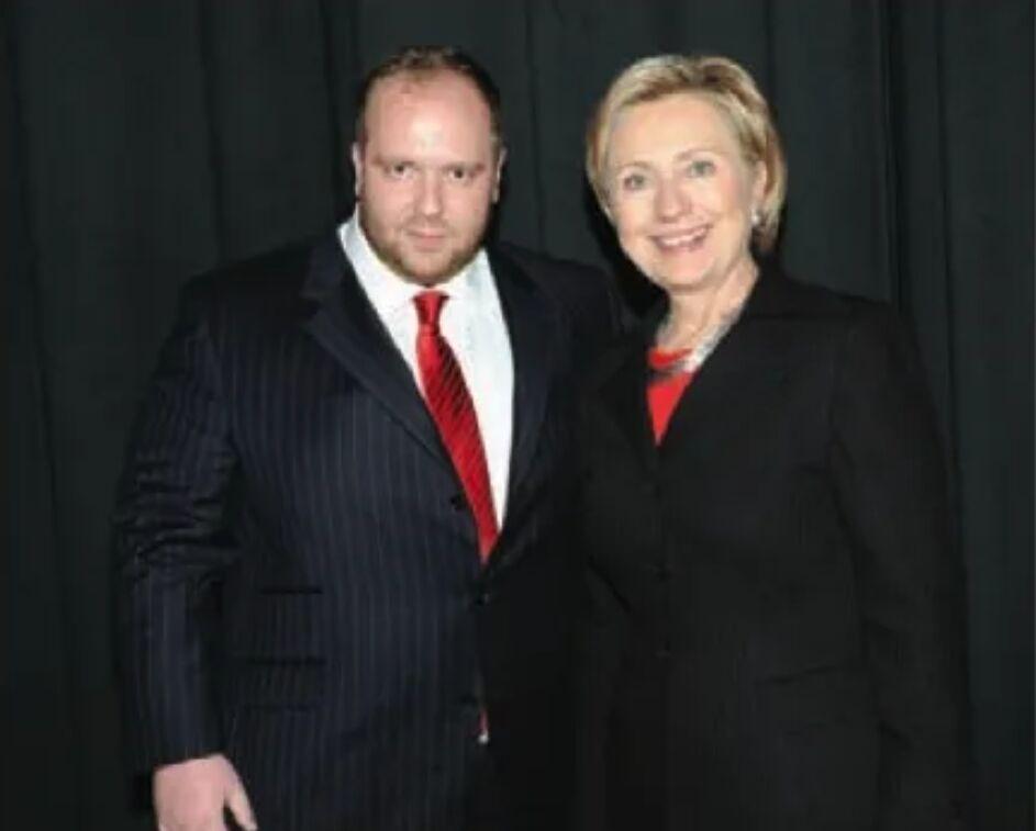 Виталий Гречин позирует рядом с Хиллари Клинтон