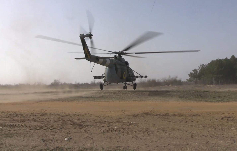 Вертоліт ЗСУ евакуює бійця на навчаннях
