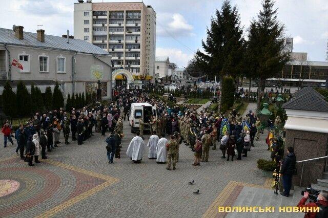 Почтить Сергея Сулиму пришли сотни жителей Луцка