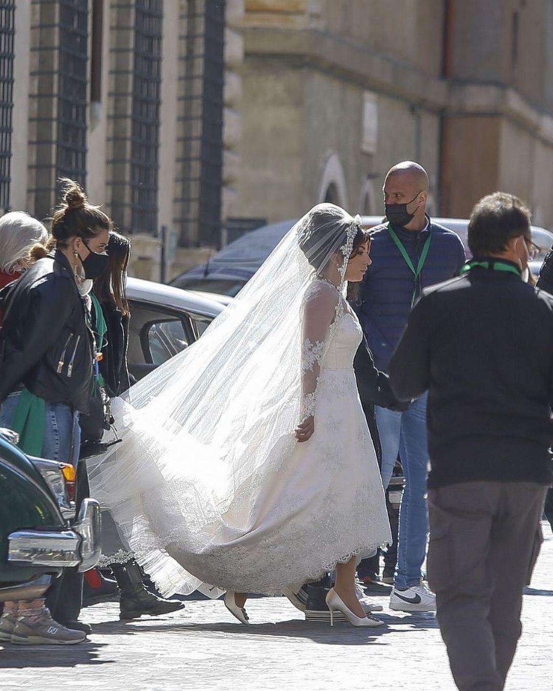 Гага з'явилася в білій довгій сукні
