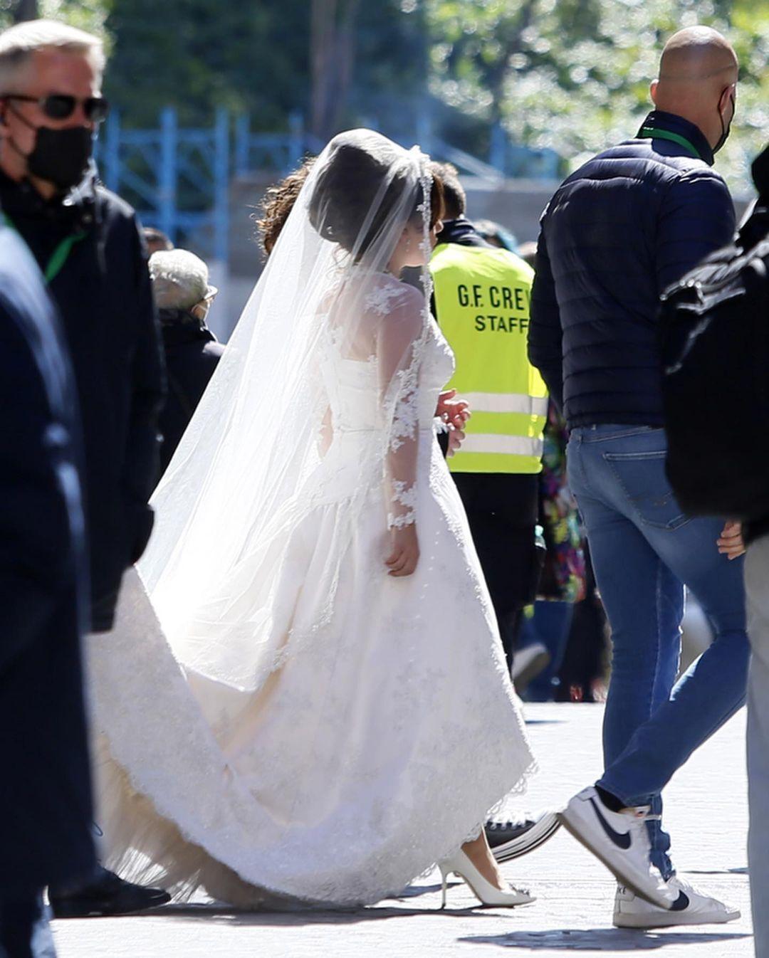 Певица засветилась в свадебном платье