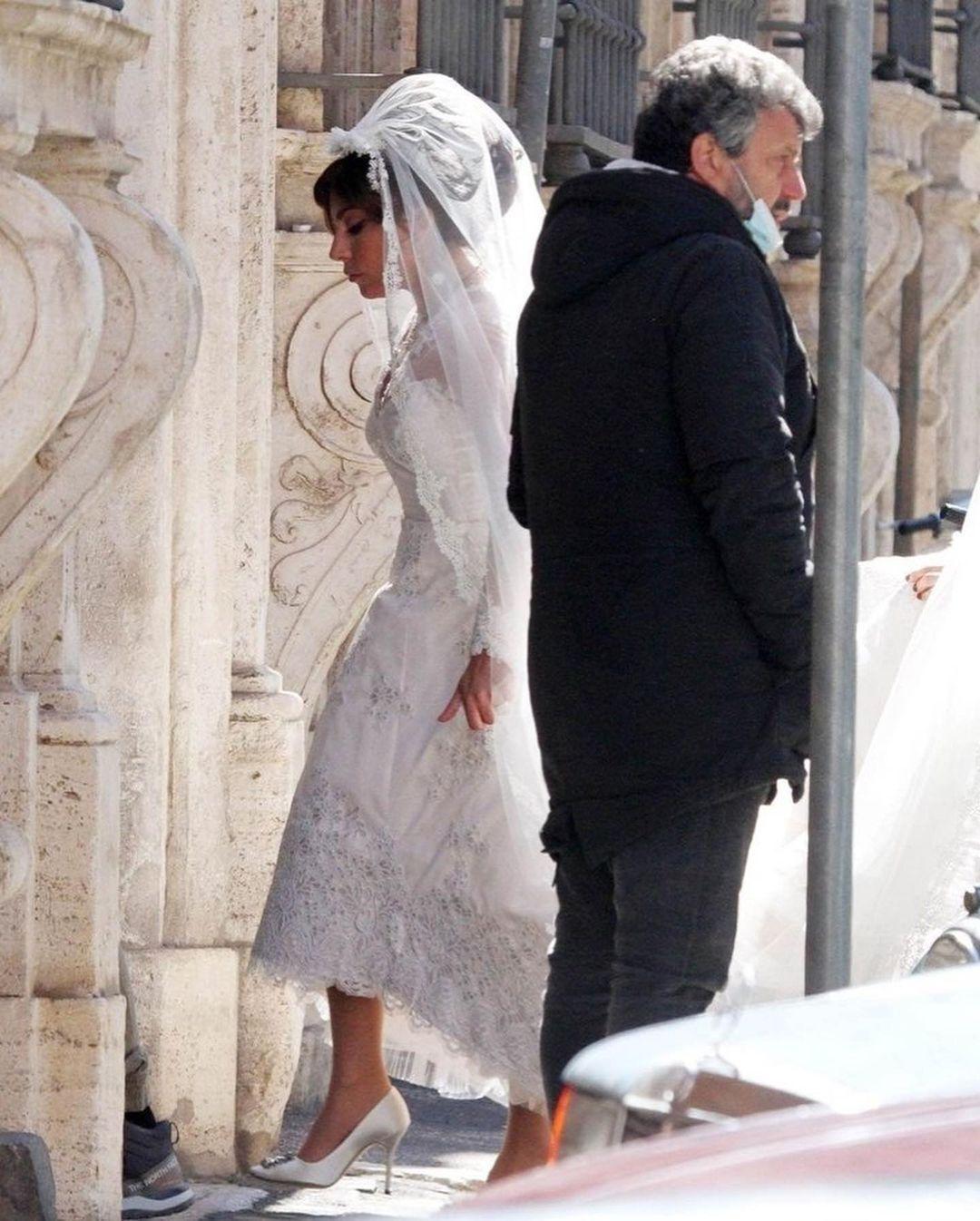 Гага в свадебном платье и фате