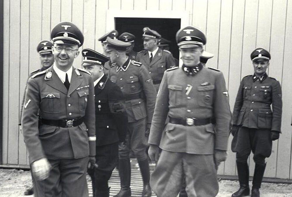 Франц Йозеф Хубер (в дверях) с Генрихом Гиммлером, Августом Эйгрубером и другими офицерами СС в концлагере Маутхаузен, июнь 1941 года