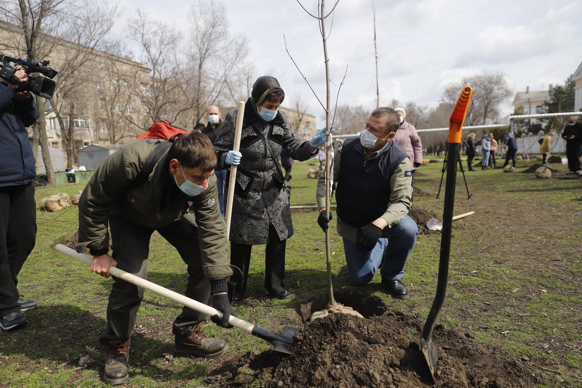 С приходом весеннего тепла в Днепре не только убирают улицы, но и комплексно берутся за озеленение