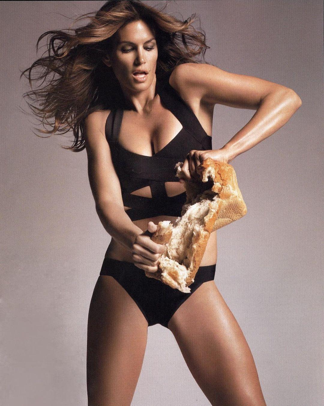 """Модель Сінді Кроуфорд у свої """"за 50"""" все так само незрівнянна"""