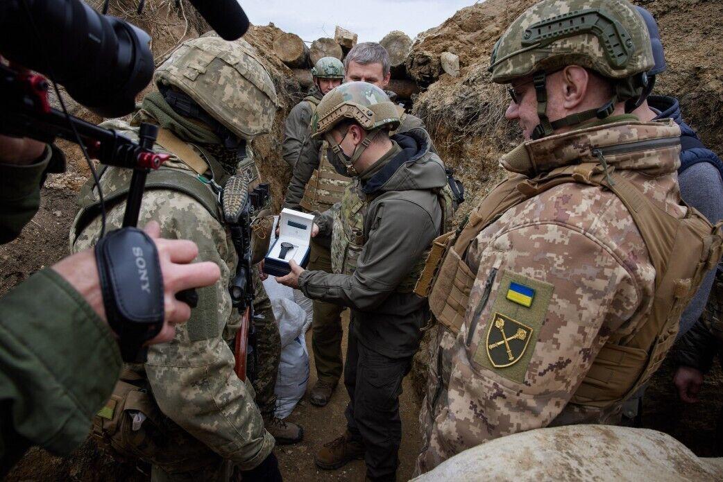 Зеленський вручив українським захисникам цінні подарунки