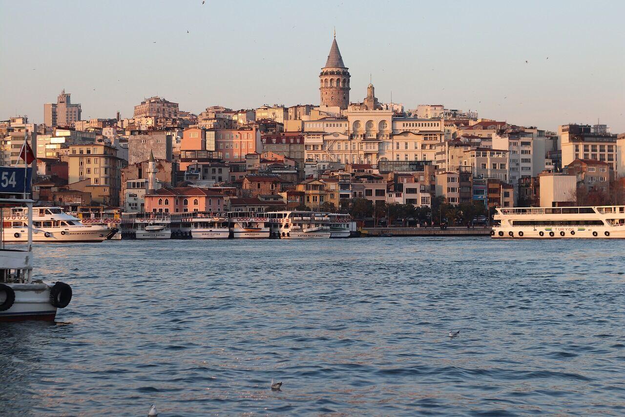 В Турции нельзя демонстрировать подошвы.