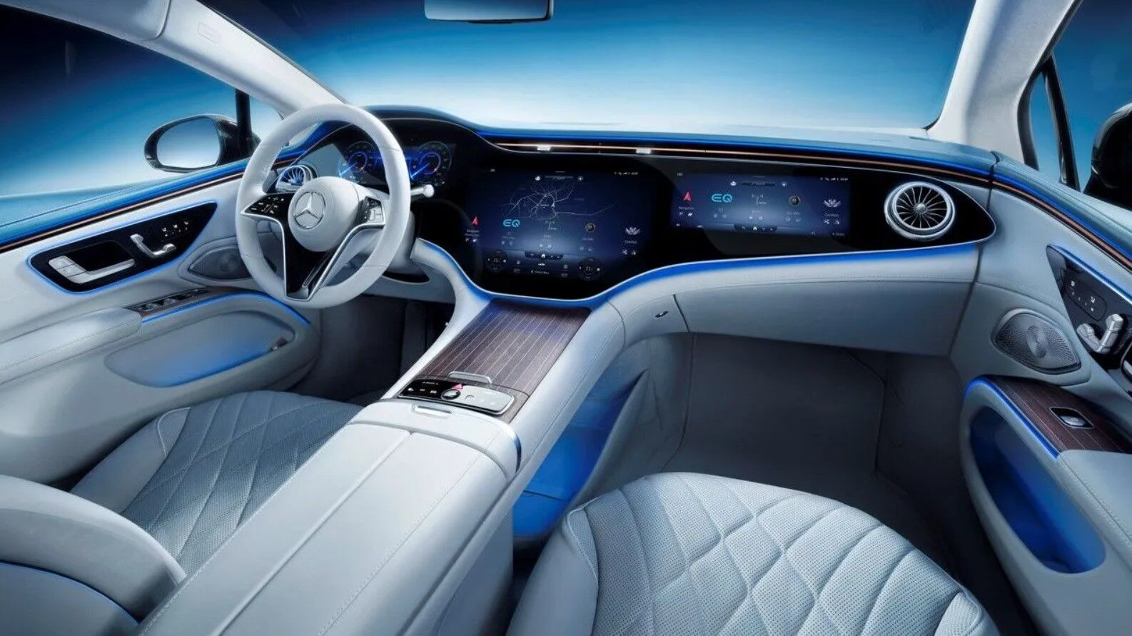 Внутри Mercedes EQS выглядит технологично