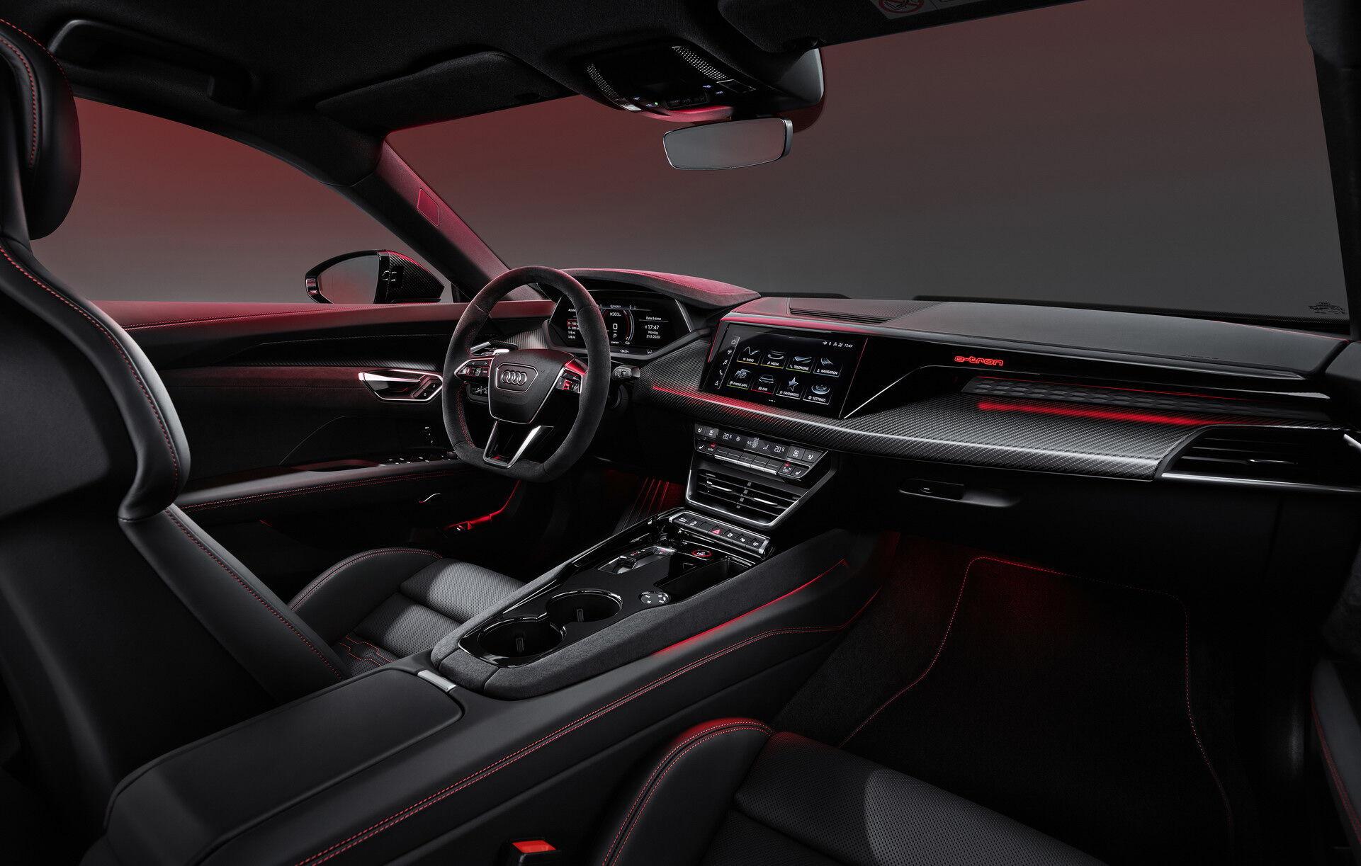 Внутри Audi e-tron GT выдержан характерный стиль
