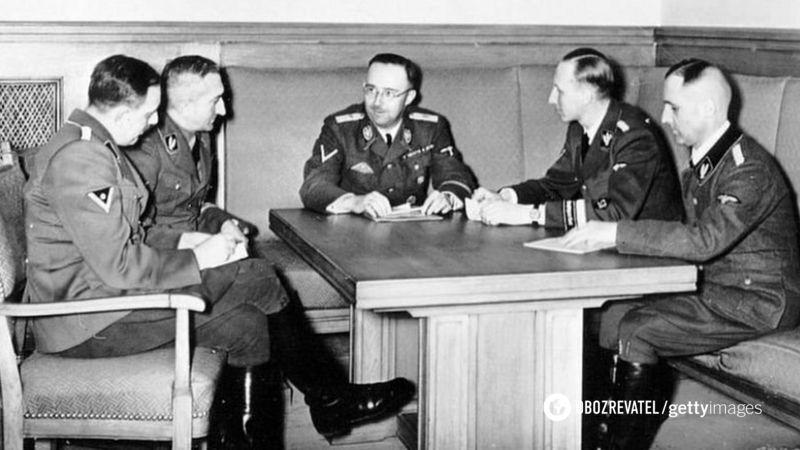 Хубер (крайний слева) на совещании с другими генералами СС