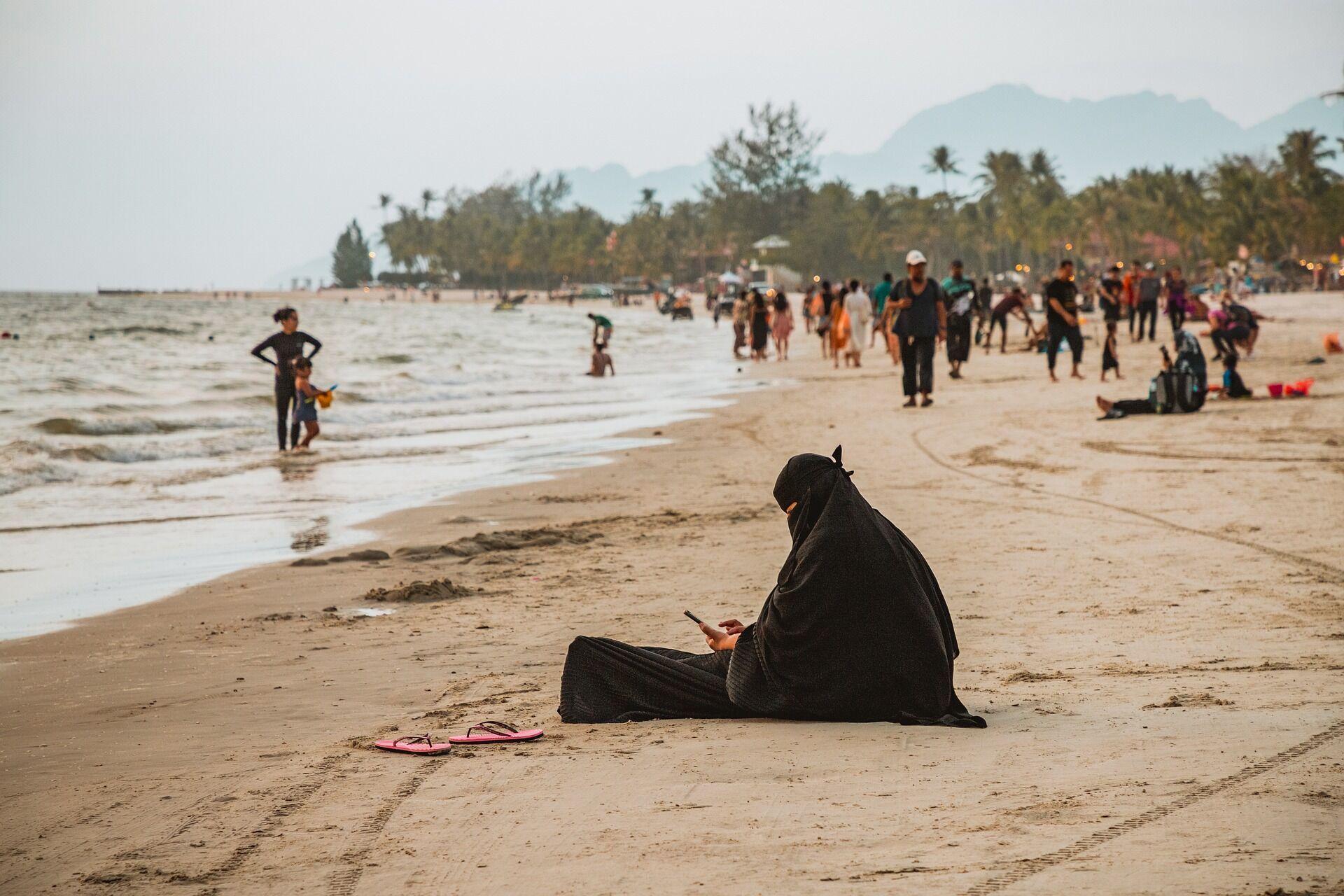 По законам шариата, женщина обязана прятать свое тело и быть скромной