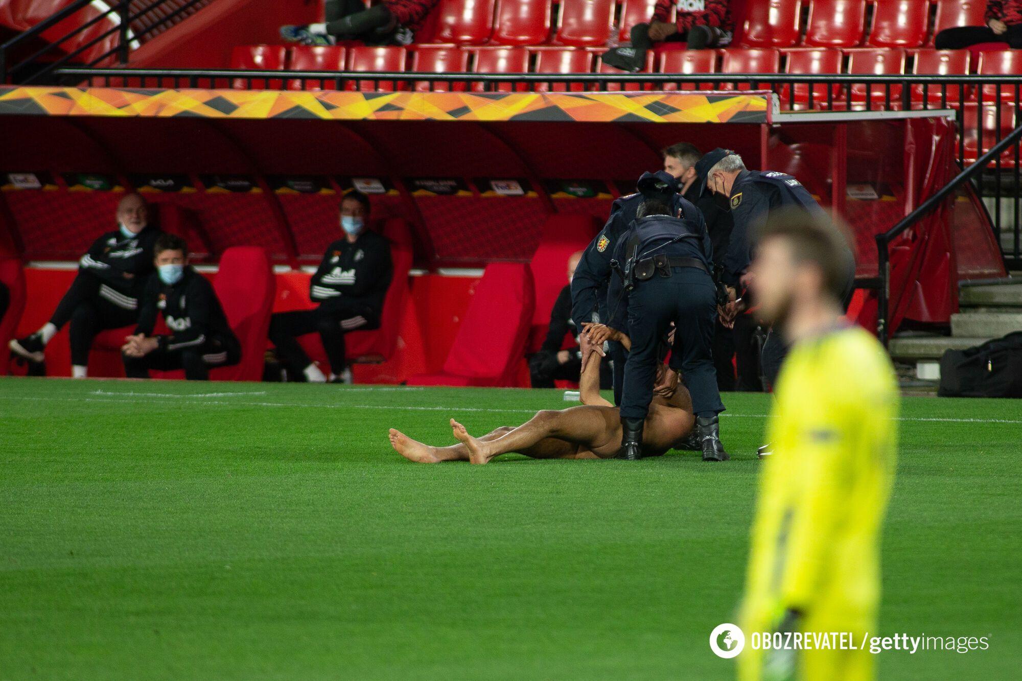 Чоловік впав на траву