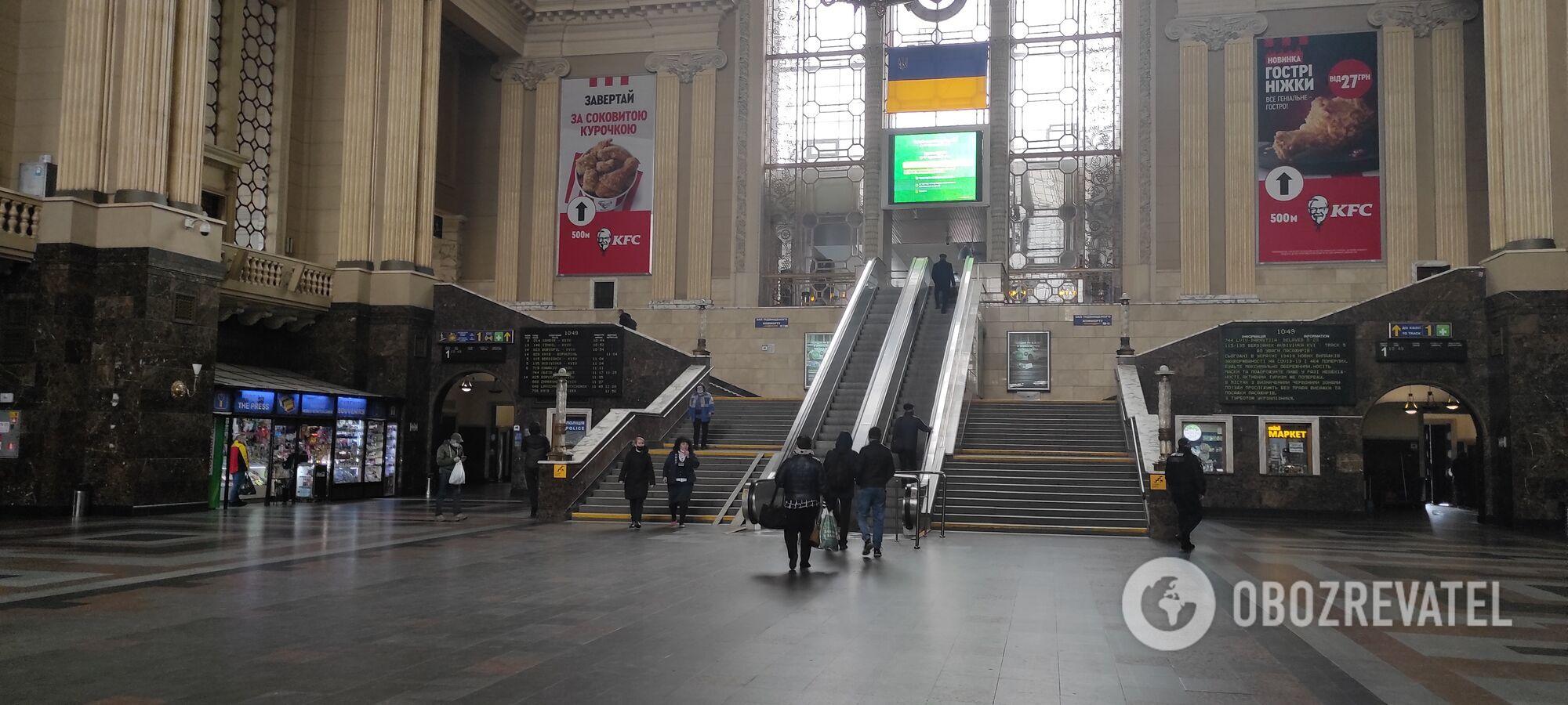Людей на вокзале мало.