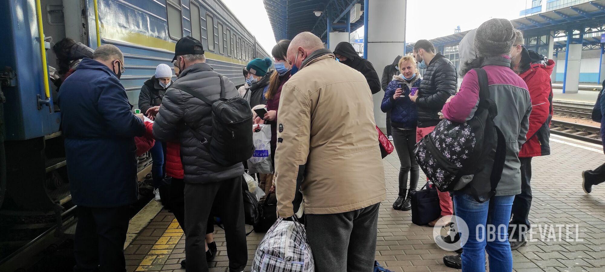 Пасажири починають дотримуватися дистанції після зауваження.