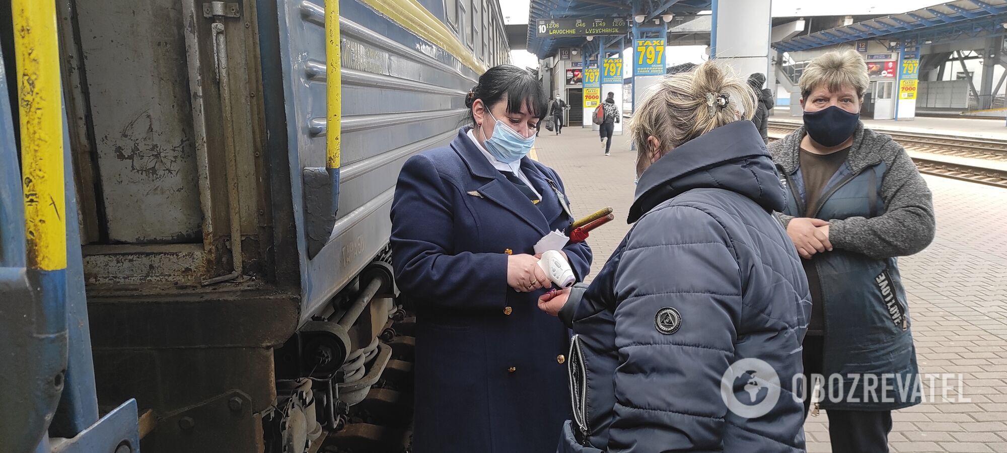 На вході до вагона пасажирам міряють температуру.