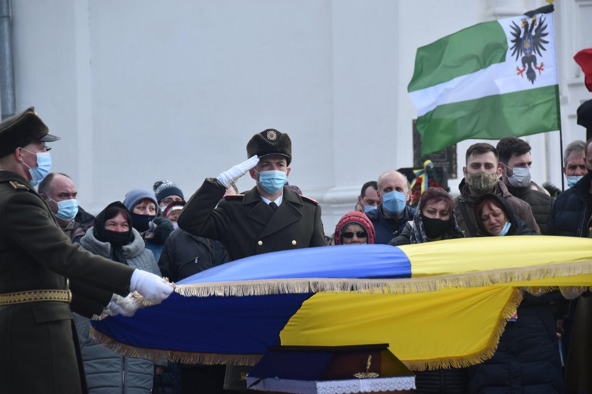 Труну Володиимира Шпака покрили Державним Прапором України