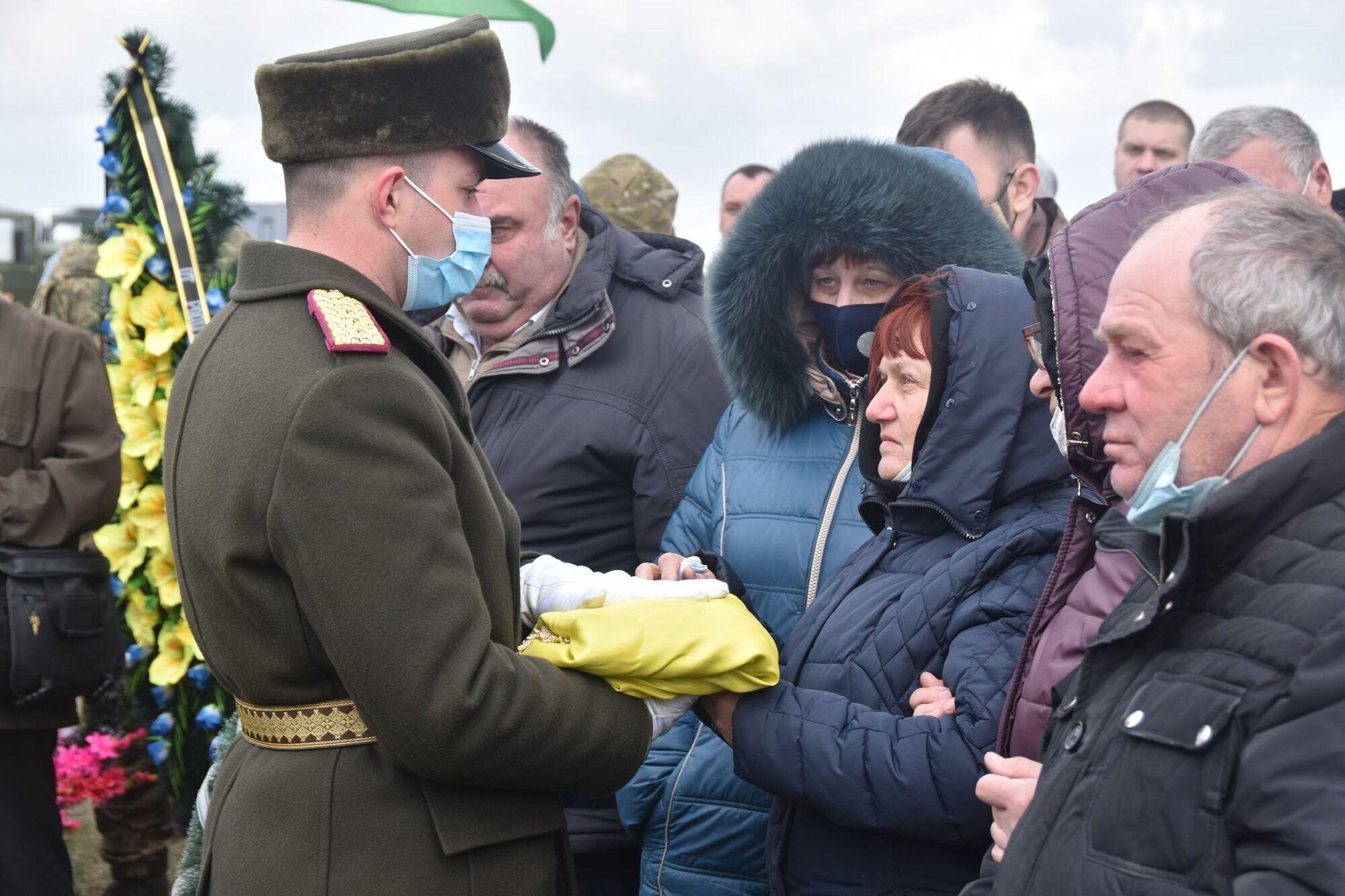 Батькам Володимира Шпака вручили прапор, яким була покрита його труна