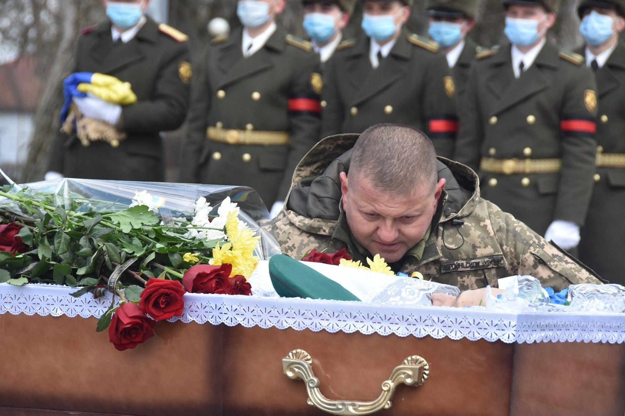 Генерал-майор Валерий Залужный прощается с Героем
