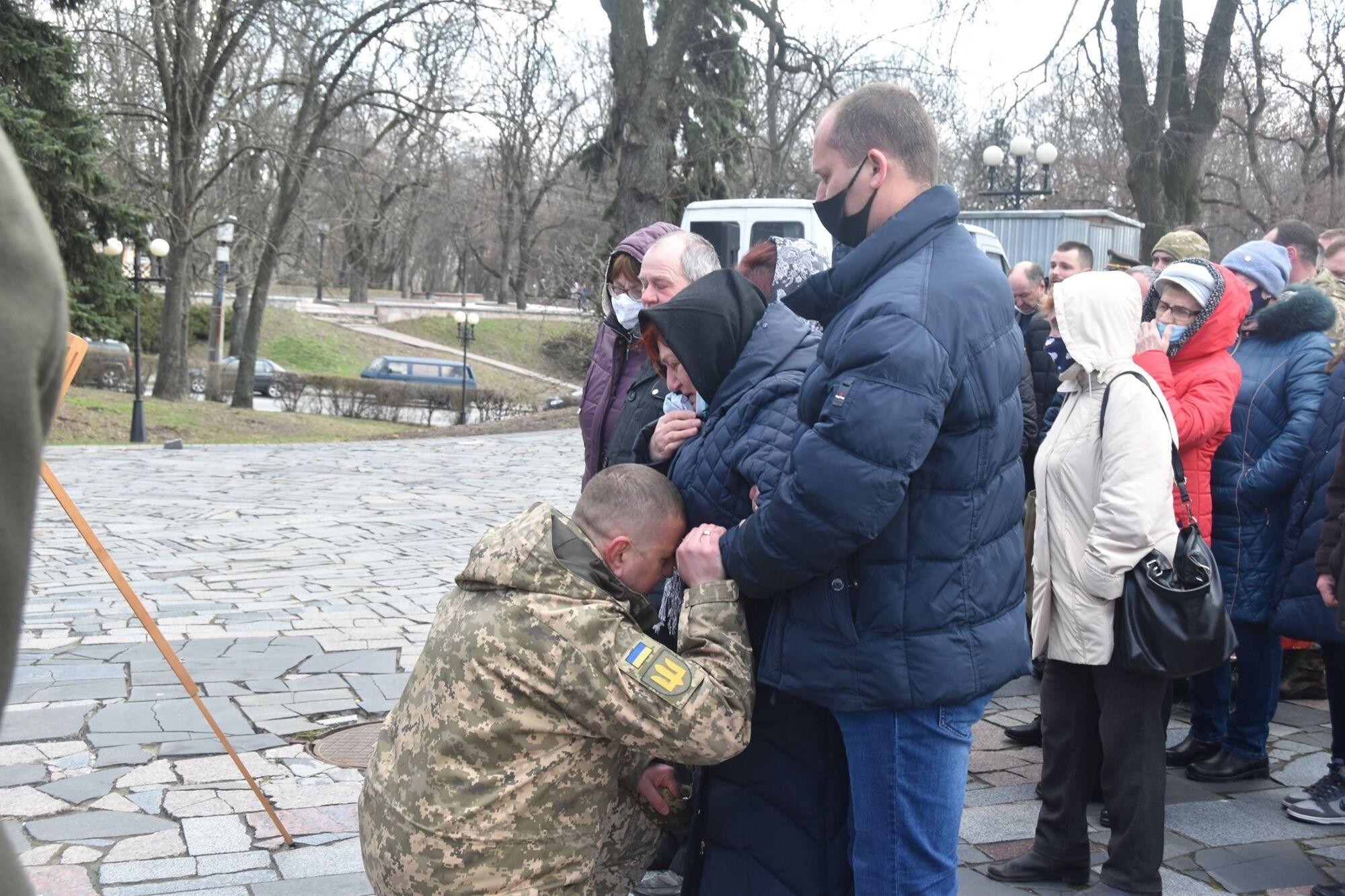 """Командувач оперативного командування """"Північ"""" схилився на коліна перед батьками Шпака"""