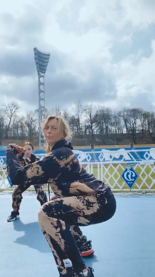 """Полякова с дочерью Машей тренируется на стадионе """"Динамо"""""""