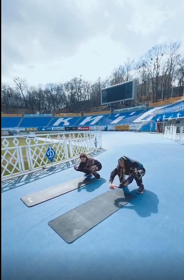 Полякова показала, как занимается спортом с дочерью