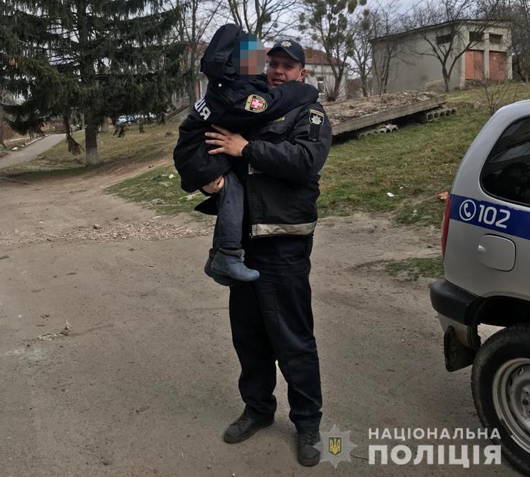 Поліцейський ніс Матвія на руках