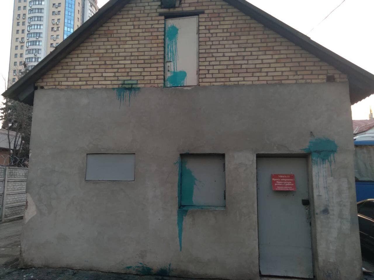Вандали закидали територію КП лампочками з фарбою.