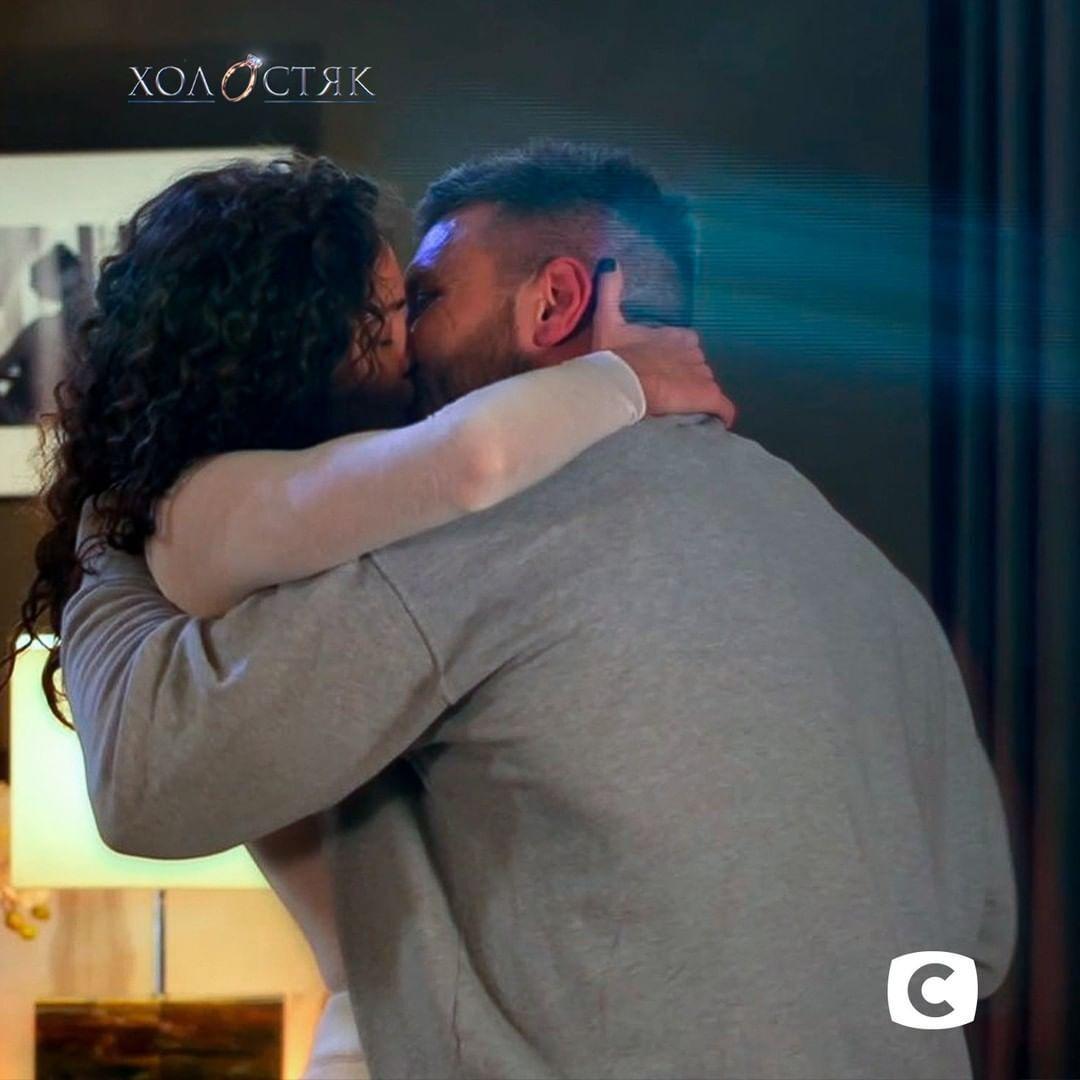 Заливако поцеловал Анну во время свидания